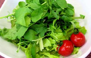 じねんと野菜たっぷりサラダ